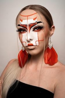 Modellporträt mit blonden haaren und starkem gesicht, rot-beigem lippenstift. fantasie schminken. chinesischer stil