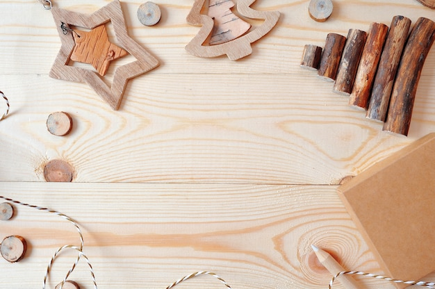 Modellrahmenszene mit weihnachtsgeschenken und kiefernkegeln