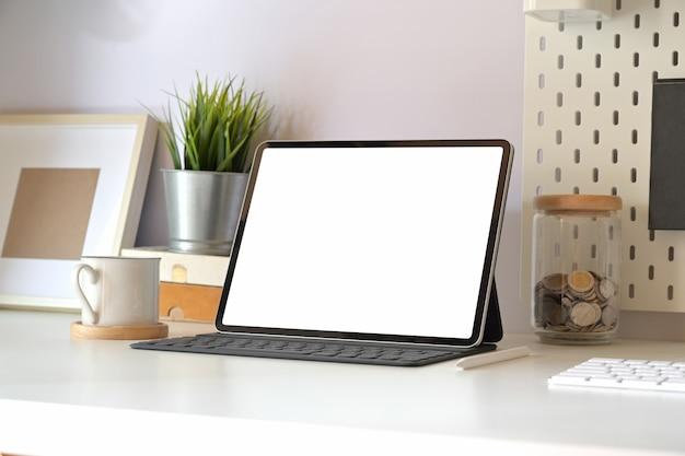 Modelltablette mit intelligenter tastatur auf minimaler arbeitsplatztabelle.