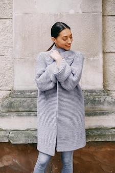 Modemädchen, das in einer autmncity steht