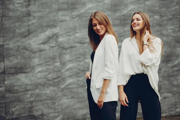 Modemädchen in einer stadt