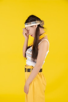 Modemädchen kleiden oben mit einer handgeste an