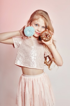 Modemädchenkind mit donut, kindermode