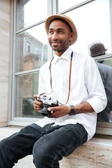Modemann auf der straße mit kamera