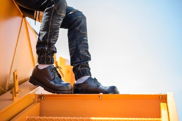 Modemann, der jeans und schwarze schuhe trägt
