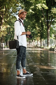 Modemann im park mit kamera