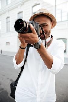 Modemann mit kamera an der straße