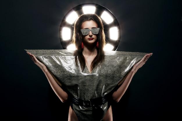 Modemodell im stilvollen schlangenbild