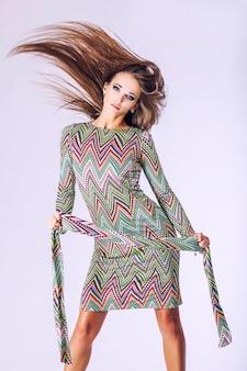 Modemodell schöne frau studiofotografie. mode, schönheit, sexy, make-up, kleidung