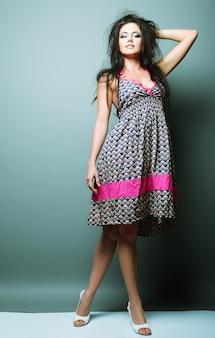 Modemodellfrau, die im studio aufwirft