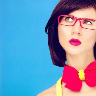 Modeporträt der hellen stylischen mädchen