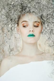 Modeporträt der jungen blonden frau. schöne frau mit den grünen lippen. konzept der mutter natur