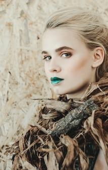 Modeporträt der jungen blonden frau schönes mädchen mit den grünen lippen. konzept mutter natur
