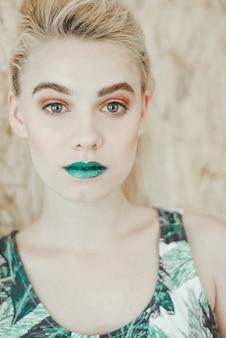 Modeporträt der jungen blonden frau schönes mädchen mit den grünen lippen