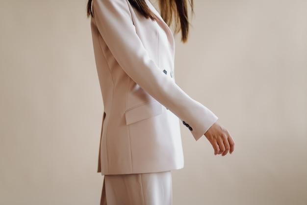 Modeporträt der jungen eleganten frau