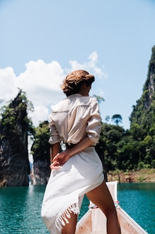 Modeporträt der jungen frau im urlaub, auf asiatischem holzboot