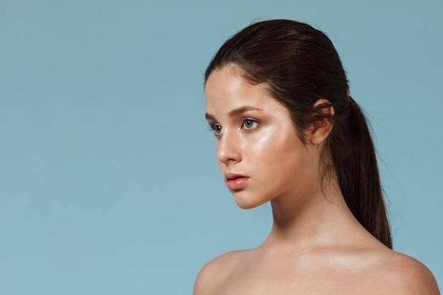 Modeporträt der jungen schönen frau mit natürlichem make-up.