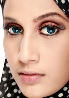 Modeporträt der jungen schönen muslimischen frau mit schwarzem schal