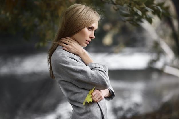 Modeporträt der schönen blonden frau in der stilvollen kleidung im freien im herbst.