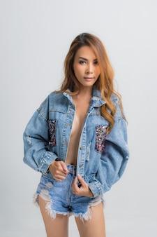 Modeporträt der schönen jungen frau mit denimkleid
