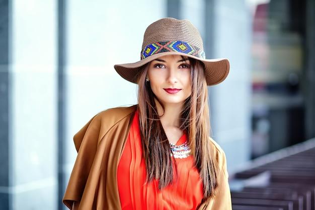 Modeporträt des jungen hippie-frauenmodells im sonnigen sommertag in den hellen bunten hipster-kleidern im hut