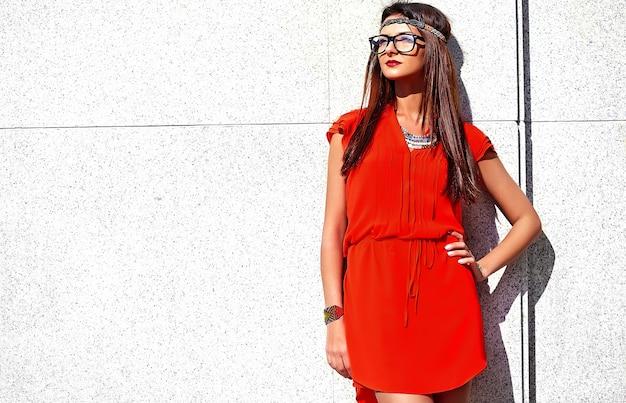Modeporträt des jungen hippie-frauenmodells im sonnigen sommertag in den hellen bunten hipster-kleidern