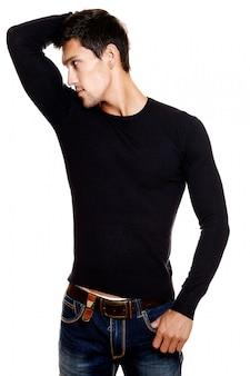 Modeporträt des jungen kaukasischen mannes. hübsches modell in der freizeitkleidung, die im studio aufwirft. attraktiver mann