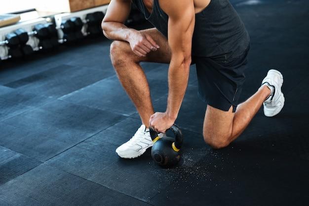 Modeporträt des mannes mit gewicht. er lag auf einem knie. abgeschnitten