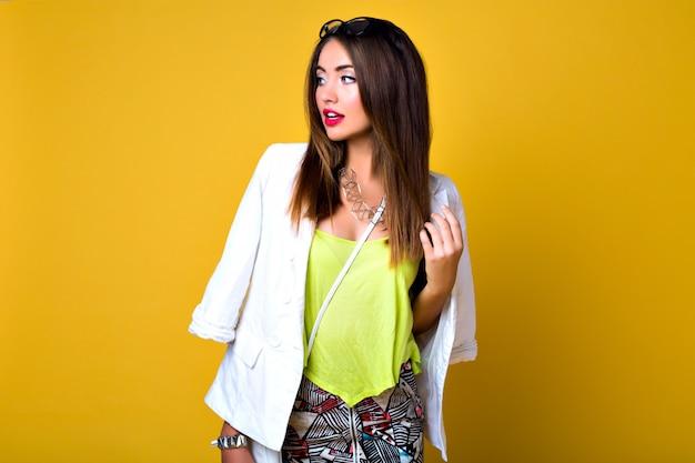 Modeporträt des wunderschönen modells mit erstaunlichen langen beinen, minirock, schickem lässigem hellem outfit, make-up, brünetten haaren.