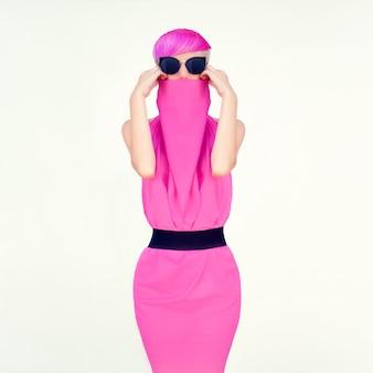Modeporträt ein mädchen mit modischer frisur