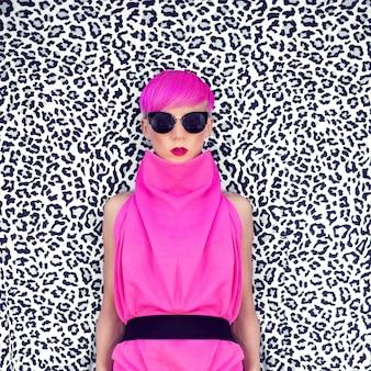 Modeporträt eines mädchens mit trendiger frisur