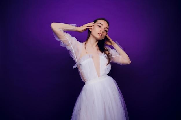 Modeporträt junges elegantes mädchen im weißen kleid. schöne frau mit rot und blau. mädchen in neon.