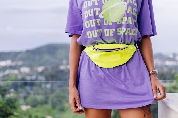 Modeporträt stilvolle junge europäische fit gebräunte frau im lila langen hemd