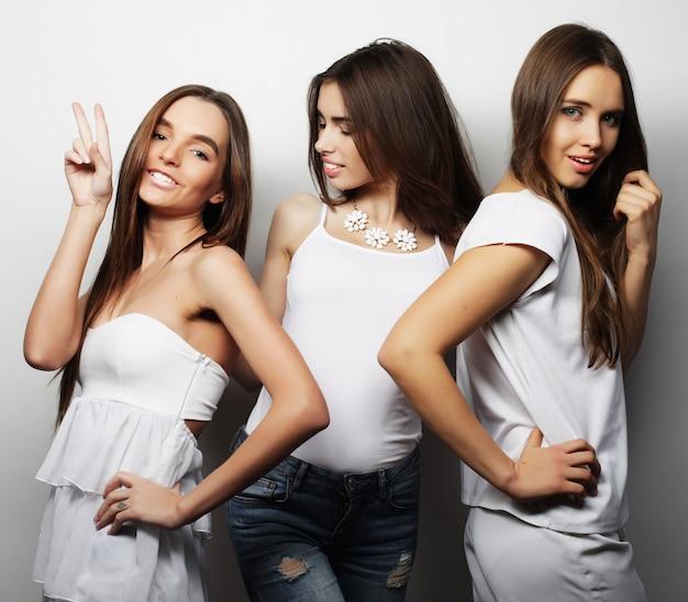 Modeporträt von drei stilvollen sexy mädchen besten freundinnen