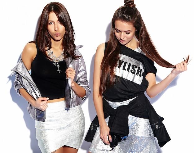 Modeporträt von zwei lächelnden brünetten modellen im sommer lässige hipster-kleidung lokalisiert auf weiß