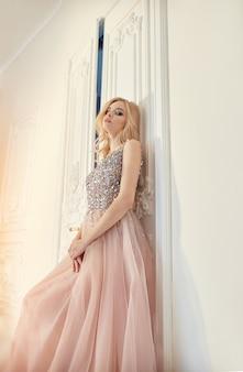 Modeporträtfrau im langen abendkleid