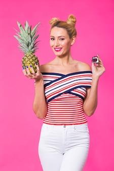 Modeporträtfrau mit sonnenbrille und ananas