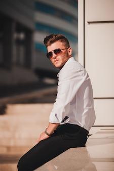 Modeporträtportrait des jungen stilvollen mannes