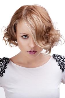 Modeportrait einer schönen blonden frau mit den roten lippen.