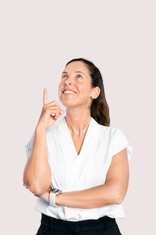 Moderatorin zeigt mit dem finger in die luft