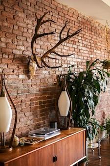 Modern eingerichtetes apartment im loft-stil aus der mitte des jahrhunderts
