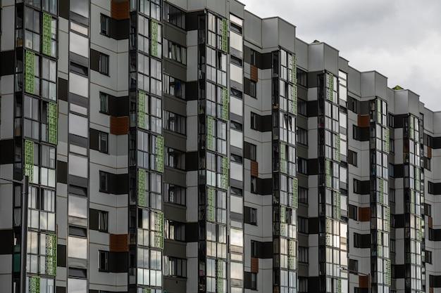 Modern gestaltete mehrfamilienhäuser in dunklem licht