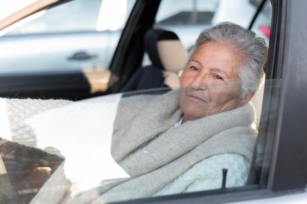 Moderne ältere frau, die in der stadt lebt