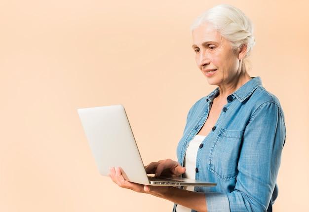 Moderne ältere frau mit laptop