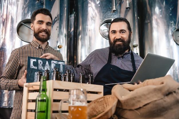 Moderne arbeiter der mikrobrauerei stellen bier her.
