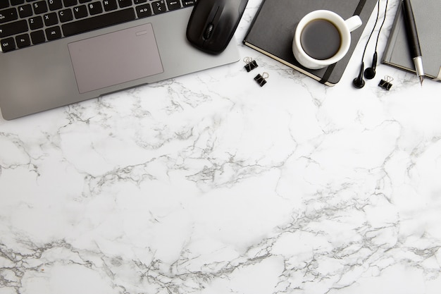 Moderne arbeitsplatzanordnung auf marmorhintergrund
