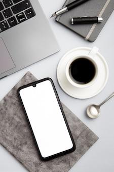 Moderne arbeitsplatzanordnung der draufsicht mit leerem telefon