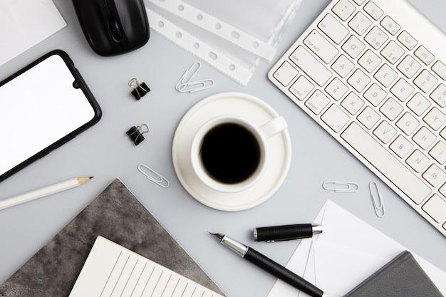 Moderne arbeitsplatzanordnung mit tasse kaffee