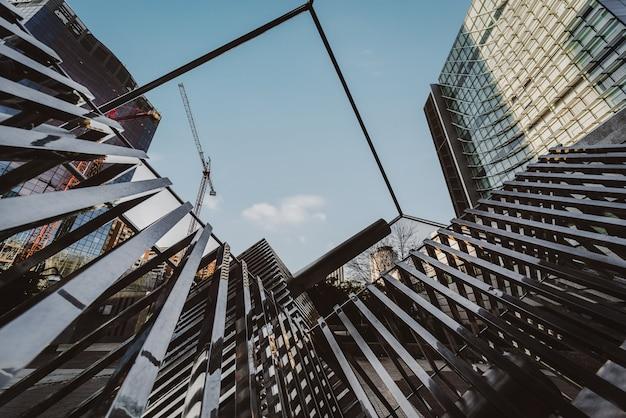 Moderne architektur mit hohen gebäuden in einer stadt