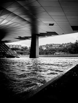 Moderne architektur mit pool